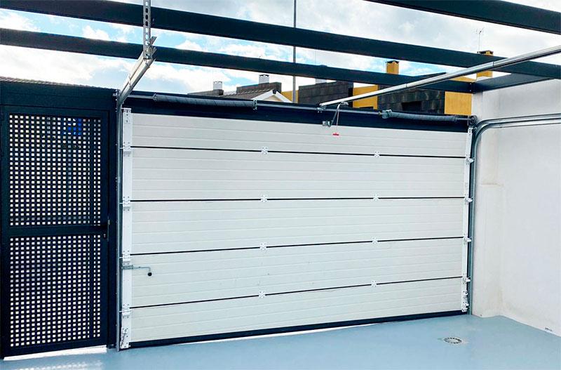 ¿Cómo funciona el montaje de puertas seccionales?