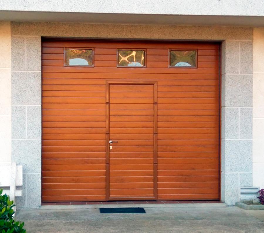 Puerta imitacion madera con ventanas y puerta peatonal